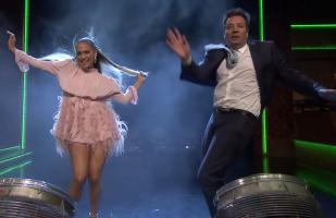 Jennifer López y Jimmy Fallon comparten divertida rutina de baile | VIDEO