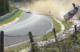YouTube: Porsche 911 da diez vueltas de campana en aparatoso accidente en Nürburgring | VIDEO
