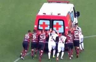 YouTube: ¡Insólito! Jugadores del Flamengo y Vasco se unieron para empujar una ambulancia | VIDEO