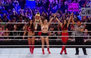 WWE: Ronda Rousey se lució con Nikki y Brie Bella con esta doble rendición en Super Show-Down 2018 | VIDEO