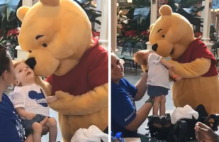 Winnie the Pooh conforta a un niño con discapacidad en Disney World y enternece a todos en Facebook