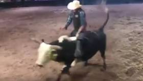 YouTube: jinete tuvo un terrible accidente tras subirse a un toro por diez segundos [VIDEO]