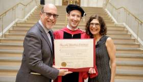 Mark Zuckerberg cumple promesa a su madre y se gradúa en Harvard [FOTOS]