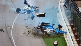 Indy 500: terrible accidente y piloto sale caminando