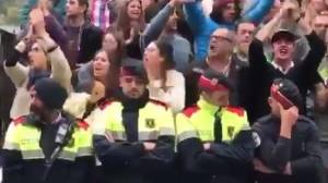 Cataluña: Mossos rompen en llanto durante referéndum [VIDEO]