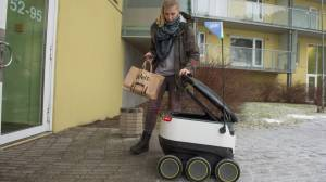 Robot estonio cruza la calle para repartir alimentos [VIDEO]